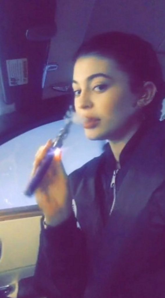 Top 50 Celebrities who vape - kylie jenner
