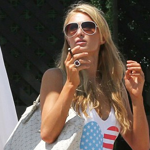 Top 50 Celebrities who vape - paris-hilton